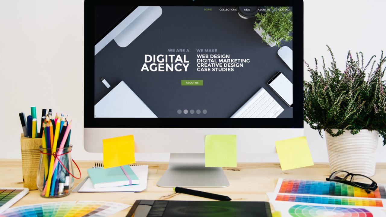 pantalla de computadora con leyenda de marketing digital