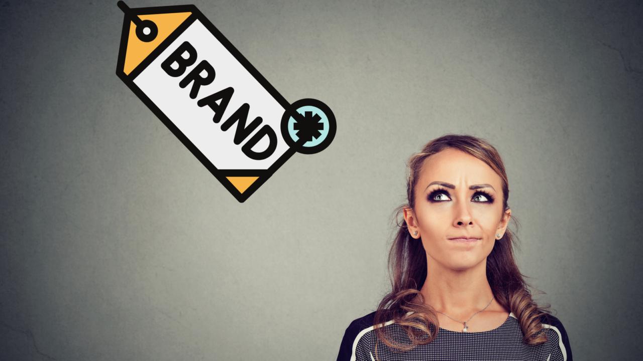 Una mujer pensando en marca personal o marca comercial
