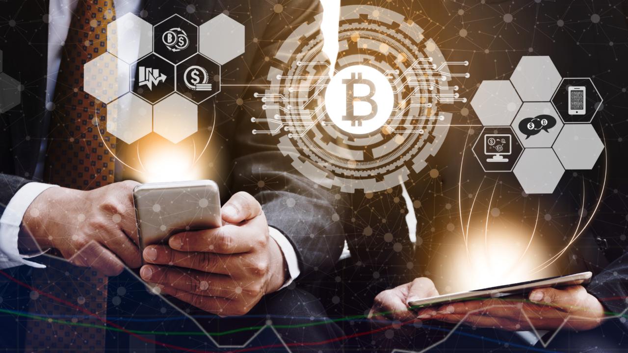 bitcoin personas haciendo transacciones